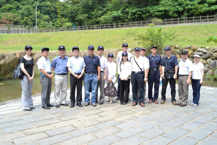 日本國土交通省官員、行政院公共工程委員會及本處同仁合影(Group photo of officials from Japan's Ministry of Land, Infrastructure and Transport, PCC of Executive Yuan, and the Hydraulic Engineering Office.)