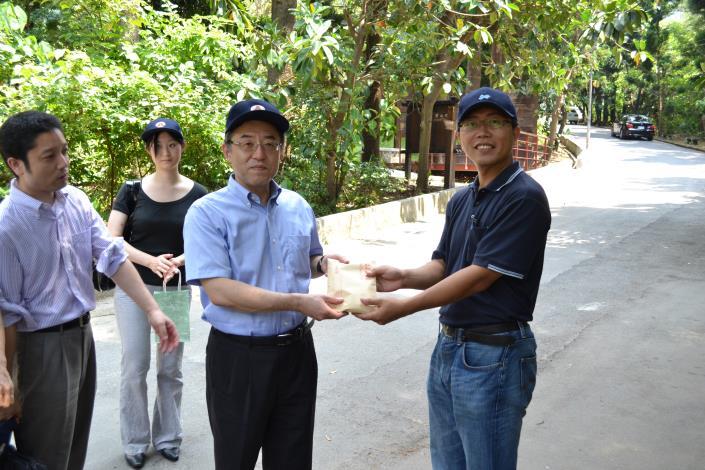 會後本處陳郭副總工程司與日本國土交通省官員互贈禮物(Exchanging gifts between Assistant Chief Engineer Chen Kuo and Japan's chief delegate)