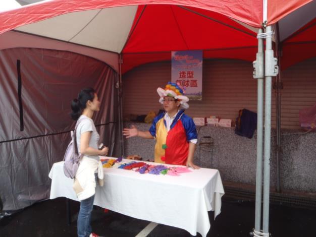 氣球攤位區(The booth for a balloon artist.)