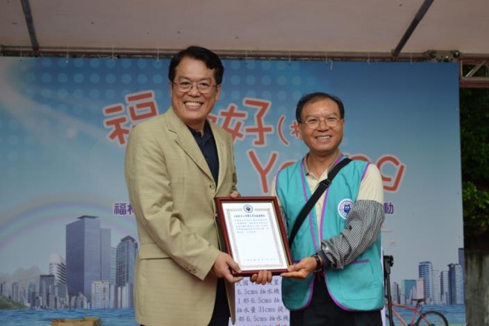 士林區名山里廖里長岳致贈感謝狀予李局長咸亨(Chief Yue Liao of Mingshan Neighborhood presents a certificate of appreciation to Commissioner Hsien-Heng Lee.)