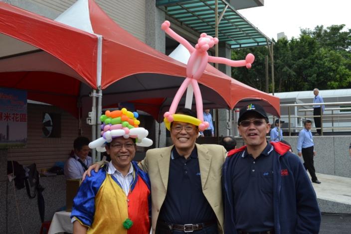 李局長咸亨與黃處長治峯及造型汽球達人合影(Commissioner Lee, Director Huang, and the balloon artist.)