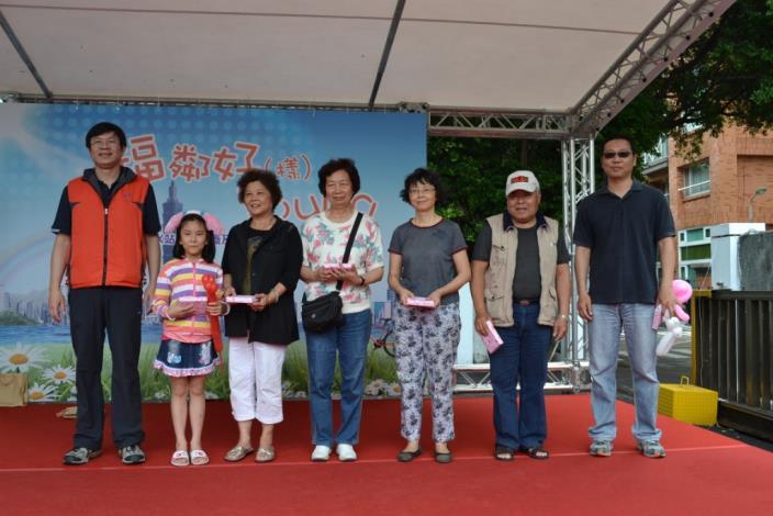 楊副處長明祥與得獎者合影(Deputy Director Yang and winners of the lucky draw.)