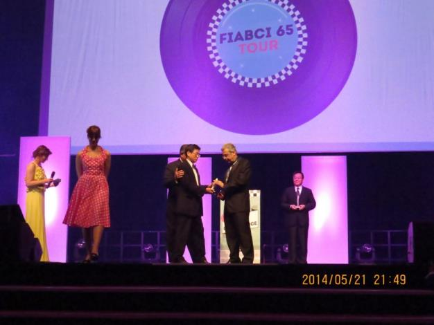 2014全球卓越建設獎領獎中(The winner receiving the award in the presentation of FIABCI World Prix d'Excellence Awards 2014)