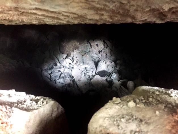 相思炭窯燒製完成木炭[開啟新連結]