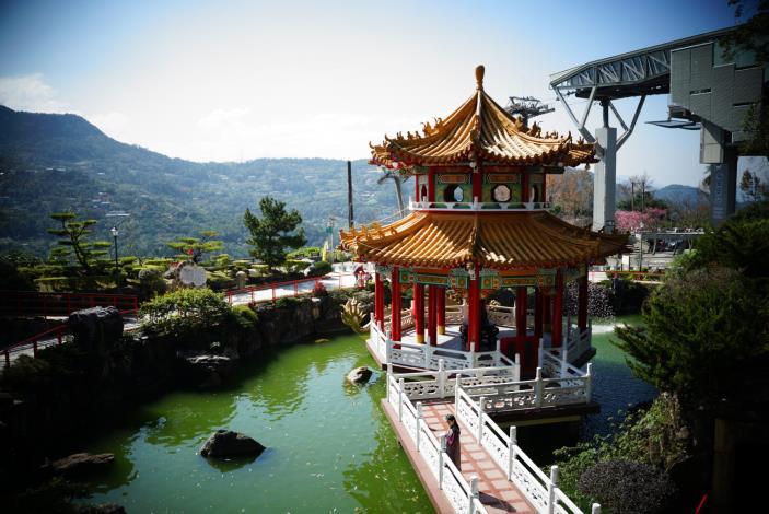 中式寺廟建築相映美麗山林[開啟新連結]