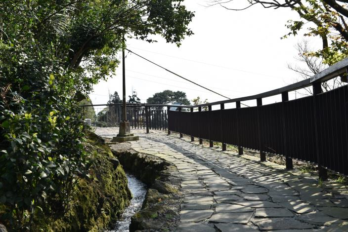 漫步在步道上享受潺潺溪流聲.JPG