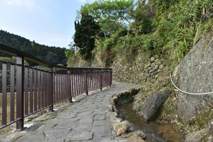 放慢腳步親近清澈的溪流.JPG