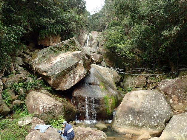 07 圓覺瀑布可見高聳石壁上垂下涓涓細流