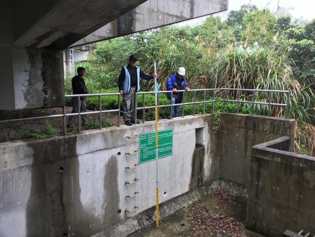 圖4 專業技師現場檢查滯洪沉砂池維護情形[開啟新連結]