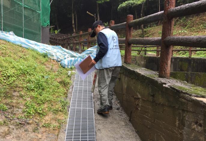 圖2 專業技師現場檢查排水溝維護情形