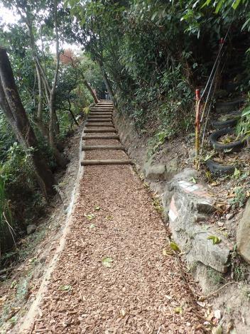 06手作步道鋪上打碎的木屑,十分自然美觀[另開新視窗]