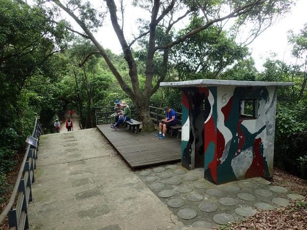 03劍潭山稜線上的舊崗哨整建為觀景休憩區.JPG[另開新視窗]