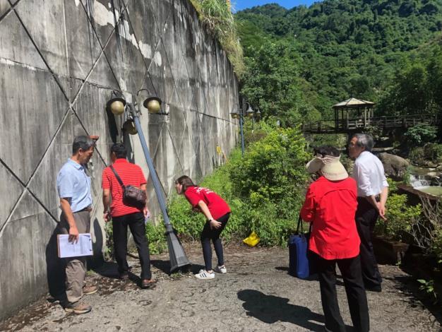 圖1:選拔委員勘查社區擋土牆狀況。