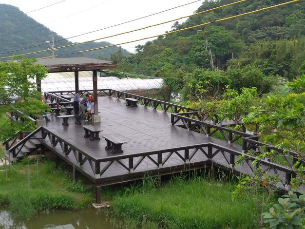 照片4 重新翻修的平台,來訪遊客坐在永結亭內話家常。