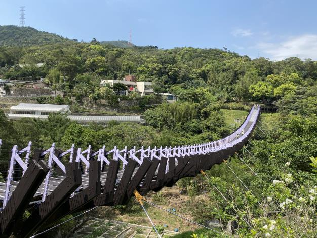 照片1 白石湖吊橋宛如巨龍空中飛舞。.JPG