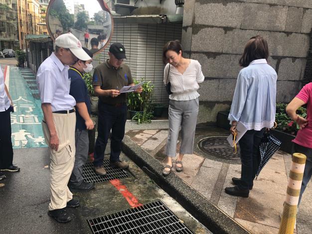 圖1 、108年度臺北市山坡地水土保持優良社區選拔委員檢視參加社區排水設施定期清理情形