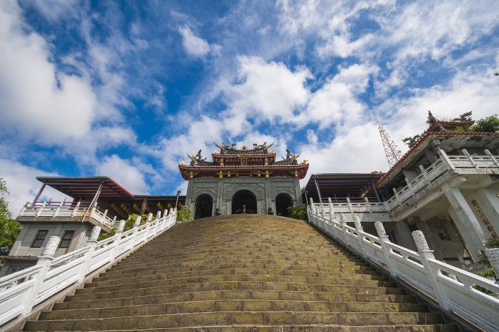 10指南宮正殿前階梯陡峭向上更增添巍峨雄偉氣勢
