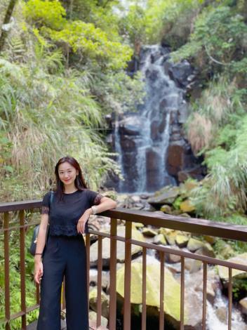 照片3 民眾憑欄拍照,感受飛瀑水珠噴濺的涼意。.JPG