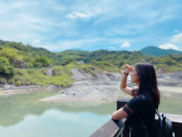 照片5 民眾駐足欣賞硫磺谷特殊地景。.JPG