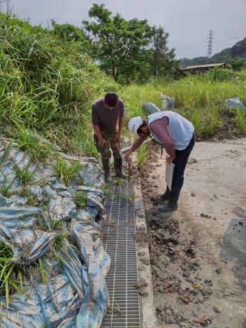 圖3 專業技師量測淤砂深度