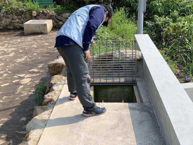圖4 專業技師檢查滯洪沉砂池清淤排放情形