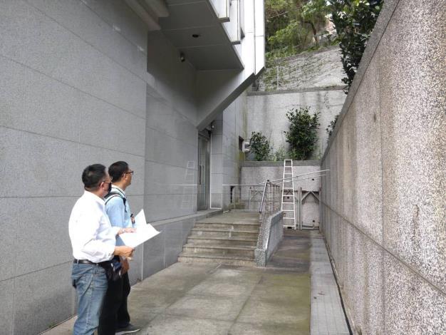 圖2 專業技師現場檢視擋土牆