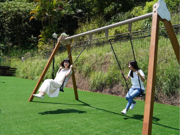 照片4 趣頑草皮區有各式各樣遊樂設施供大人小孩同樂-1.JPG