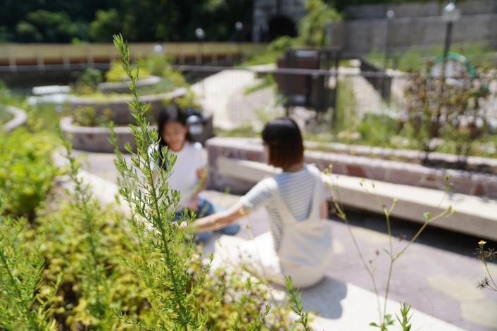 照片3 療育花園區附有各式各樣的花花草草兼具香味與視覺的饗宴.JPG