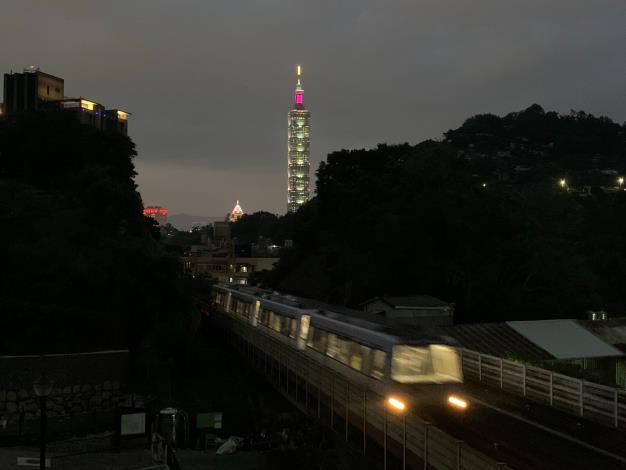 照片8 園區步道支線夜晚可見到文湖線列車穿梭在山谷間與101高樓交疊的美景