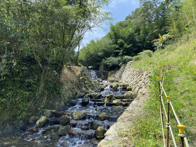 照片7 解決溪床掏空營造落瀑美景。