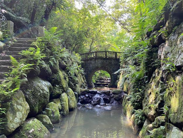 照片3 古意圓拱曲橋與潺潺流水