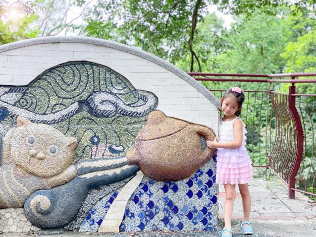 照片4 茶園入口充滿童趣的意象牆適合民眾互動。