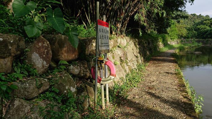 照片1 水位較深之溪流,為防止民眾不慎跌落溪中溺水危險,設置防溺設施
