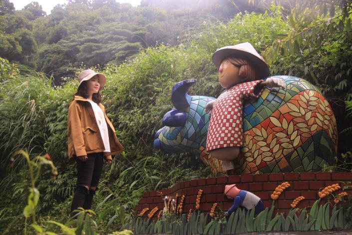 照片2 夏耘平台陶板拼貼的水牛與稻草人。