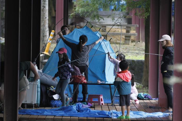 圖3_民眾體驗露營帳篷搭設.JPG