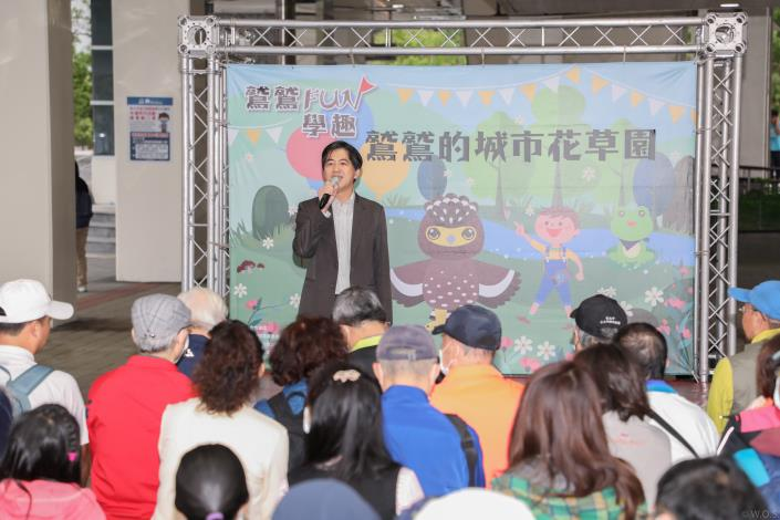 長虹建設總經理李耀中向民眾宣導企業認養植樹造林理念