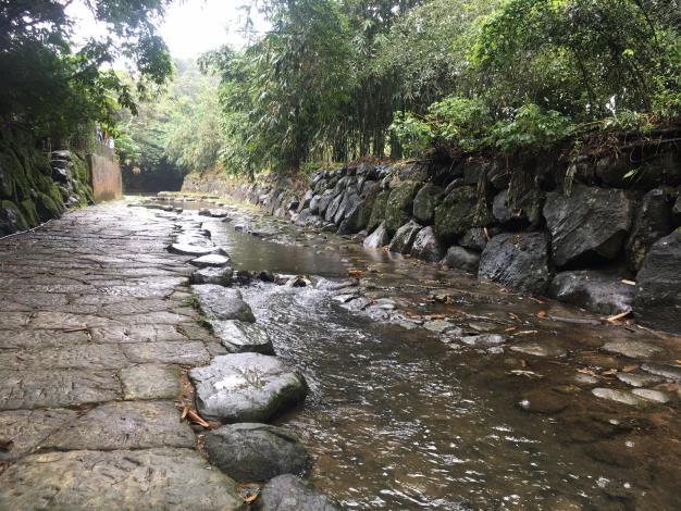 2.溪水潺潺為大自然譜唱聲籟
