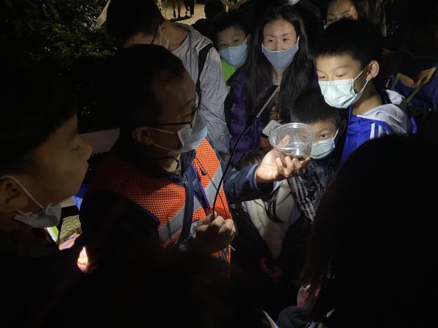 03照片3 夜行性動物定點導覽站林韋宏老師解說情形.JPG