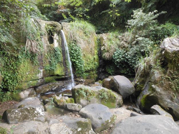 06指南溪中下游溪谷有明顯落差,因此形成一道水柱形的瀑布.JPG