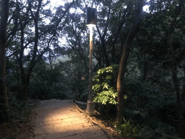 04照片1 生態區內路燈增設燈罩
