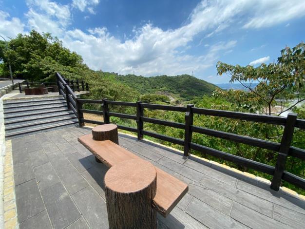 照片3 行義路旁觀景平台供民眾休憩及遠眺硫磺谷地景