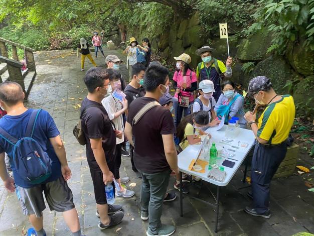 照片6:虎山溪環狀步道導覽分梯次進行解說