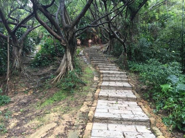 照片4:奉天宮步道砂岩步徑及欄杆修整