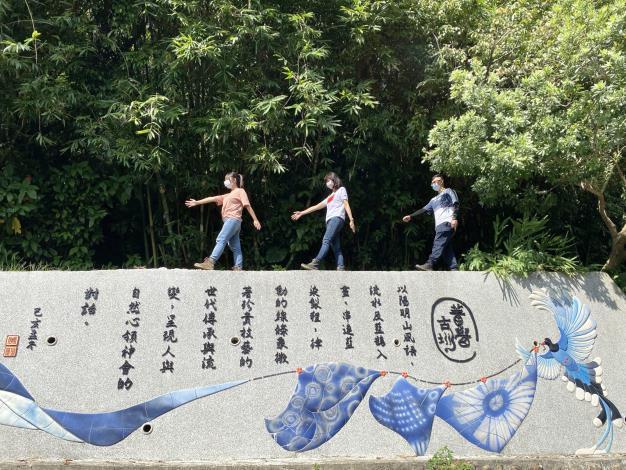 照片5_精礐古圳意象牆,述說藍染製作過程