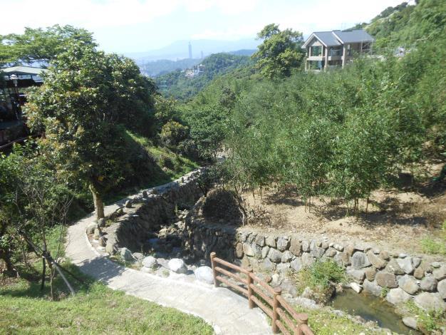 03貓纜站往茶推廣中心沿途可見近期以近生態工法整治好的溪溝和步道.JPG