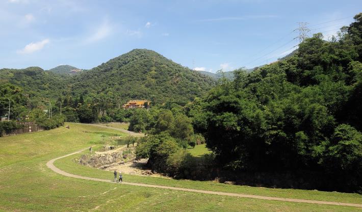 04大溝溪畔整片翠綠草皮是民眾野餐放風的好去處