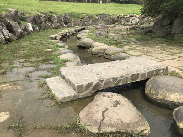 05大溝溪溪畔步道用石砌修建步道水淺易親近常見民眾戲水.JPG