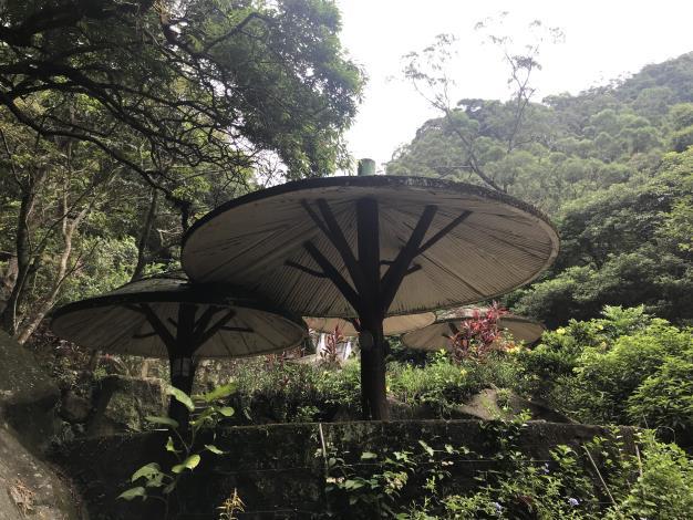 09瀑布下方傘狀涼亭供人乘涼.JPG