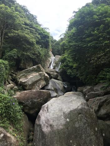 08圓覺瀑布兩道水流從大岩壁上傾瀉而下下方堆積許多大岩塊民眾喜愛在旁打坐.JPG