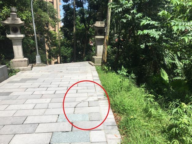 因邊坡不穩定,已有步道大範圍傾斜裂縫(將於護坡工程完成後一併修復)2(標記)